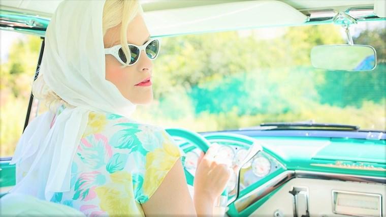 車を運転しながらオーディオブックを聴く